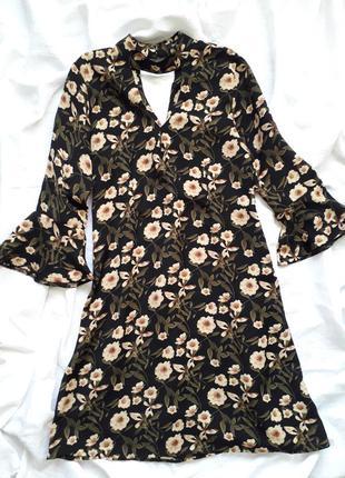 Трендовое платье boohoo с воланами и чокером