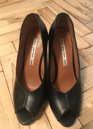 Шикарные кожаные туфли на танкетке