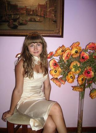 Атласное кружевное платье