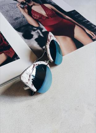 В подарок к покупке: солнцезащитные очки в мраморной оправе
