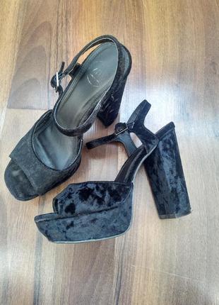 Босоножки черные велюровые на высоком каблуке missguided
