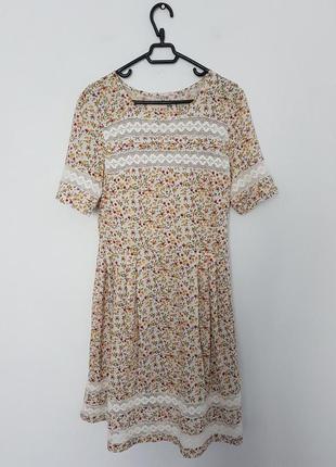 Шикарное платье в мелкий цветок и с кружевными вставками