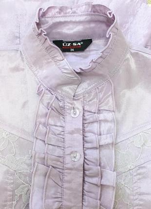 Сдержанная блуза необычного лилового цвета, с длинным рукавом