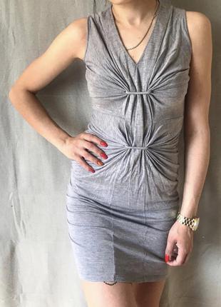 Стильное серое платье
