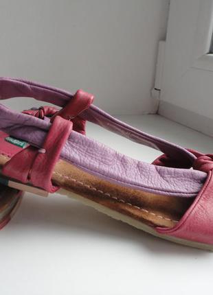 .моднячие кожаные босоножки от kickers.