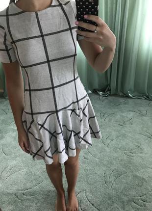 Серое платье в крупную клетку