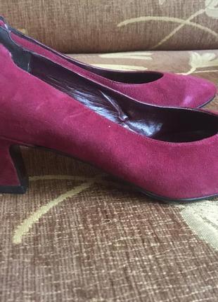Туфли замшевые на не высоком устойчивом каблуке