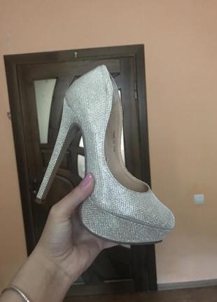 Крутые туфли на высоком каблуке