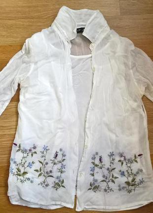 Симпатичная рубашка с вышивкой и пришитой майкой