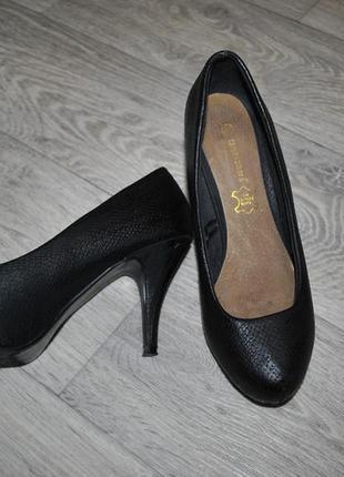 Туфли atmosphere 37 черные классика рептилия кожаные удобные каблук