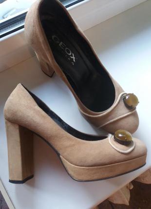 Бежевые замшевые туфли   на устойчивом каблуке. geox (36)