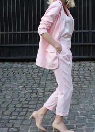 Пудровый розовый классический брючный костюм удлиненный пиджак жакет