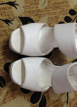 Белые босоножки на каблуке new look