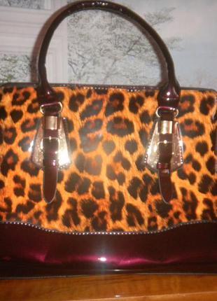 Новая лаковая сумка с красивым принтом