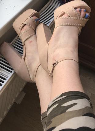 Стильные босоножки на высоком каблуке