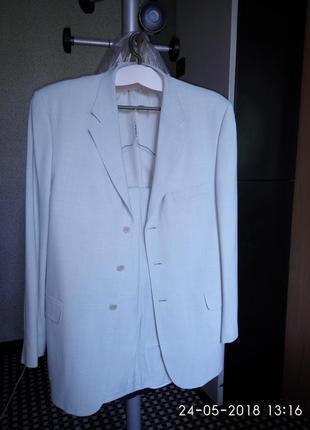 Супер актуальний чоловічий костюм з натуральної тканини.