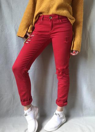 Красные джинсы брюки с порваностями