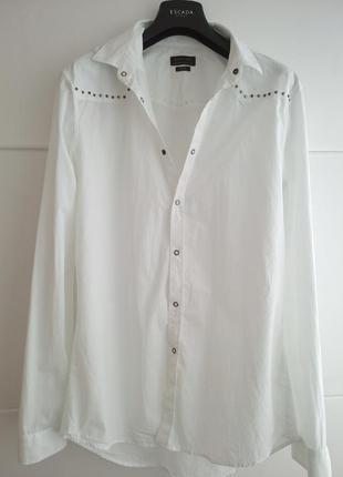 Очень стильная рубашка zara man белого цвета с декоративными деталями