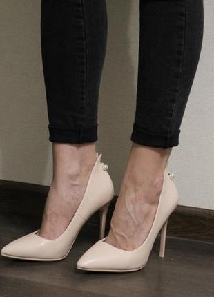 Стильные, красивые бежевые туфли лодочки на каблуке 10см.