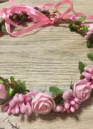 Розовый венок из цветов