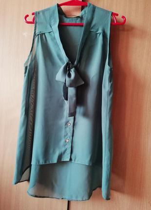 Красивая серая блузка с бантиком. серая блузка