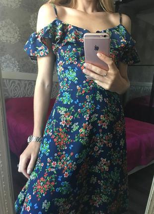 Платье в цвета с голыми плечами