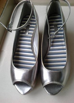 #розвантажуюсь  чудесные серебристо-бронзовые туфли известного бренда.