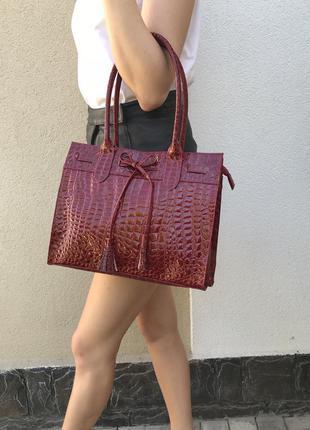 Новая,большая,лаковая сумка,цвет бордо  с тиснение под крокодила,оффисная