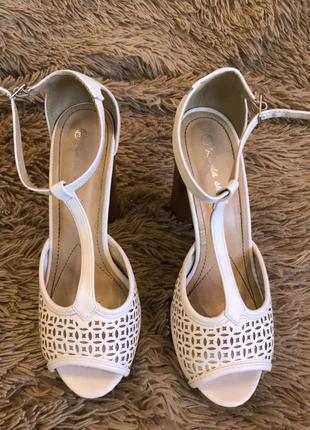 Женские белые босоножки на толстом каблуке 39 размер