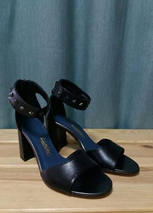 Стильные босоножки на удобном каблуке