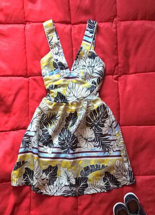 Красивое платье в цветочный принт с пышной юбкой