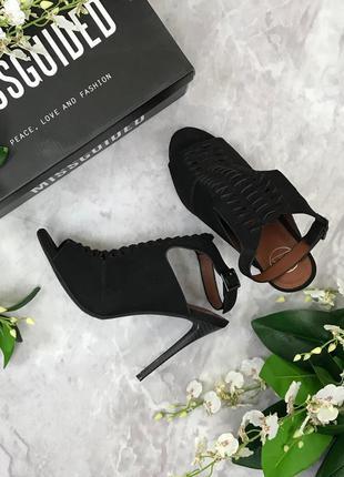 Пикантные босоножки на тонком высоком каблуке  sh1821181  missguided