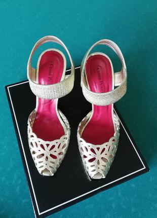 Шикарные золотые туфли