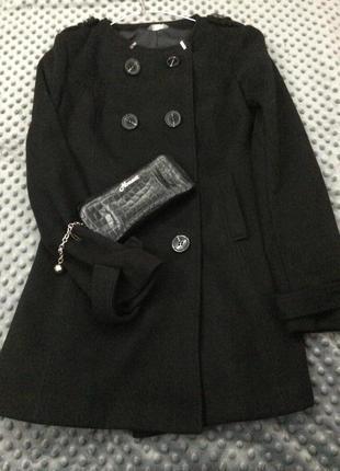 Чёрное пальто-трапеция