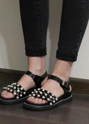 Женские черные лаковые босоножки (сандалии) на черной подошве