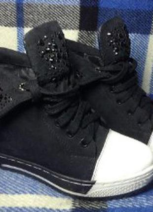 Замшевые кеды на скрытом каблуке