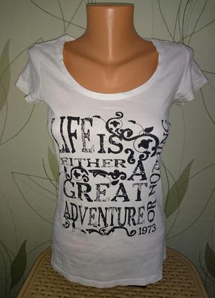 Красивая белая футболка женская