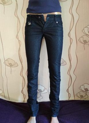 Очень крутые джинсы в пятнистый принт