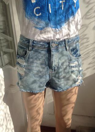 Рваные короткие джинсовые шорты