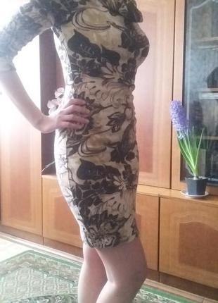 Красивое теплых тонов трикотажное платье
