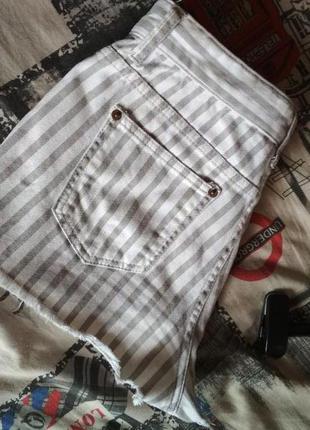 Короткие на талию джинсовые шорты
