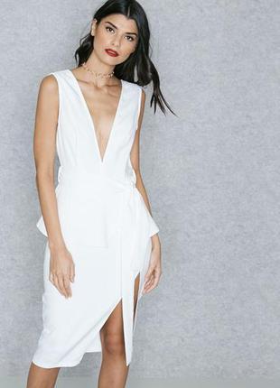Белое платье с баской и разрезом