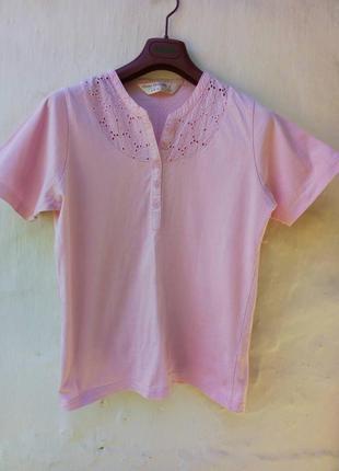 Нежно розовая футболка с вышевкой,котон,на пуговичках,поло.