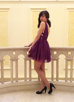 Платье с пышной юбкой, вырезом и открытой спиной