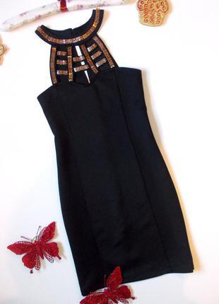 Короткое черное платье с ожерельем приталенное