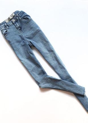 Светлые женские джинсы от denim co на высокой посадке