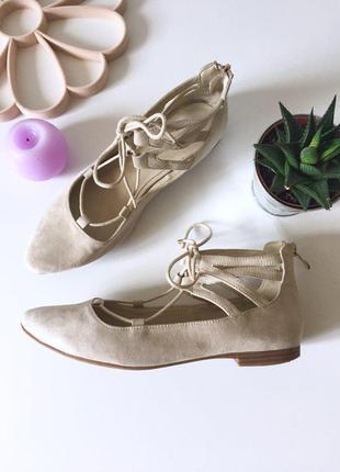 Актуальные замшевые туфли лодочки на низком ходу с завязками