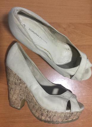 Туфлі з відкритим передком
