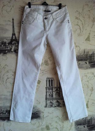 Классный белые джинсы прямого кроя.