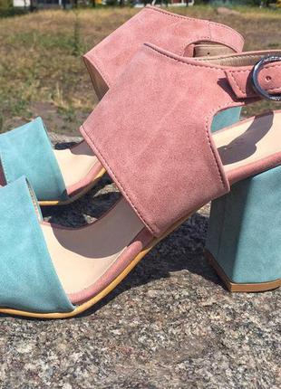 Розово голубые замшевые босоножки на широком каблуке. распродажа!